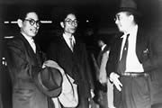 1954年(昭和29年)1月、ヨーロッパの二輪車業界および市場調査に出発する高井・小野両氏を浜松駅で見送る川上社長(右)