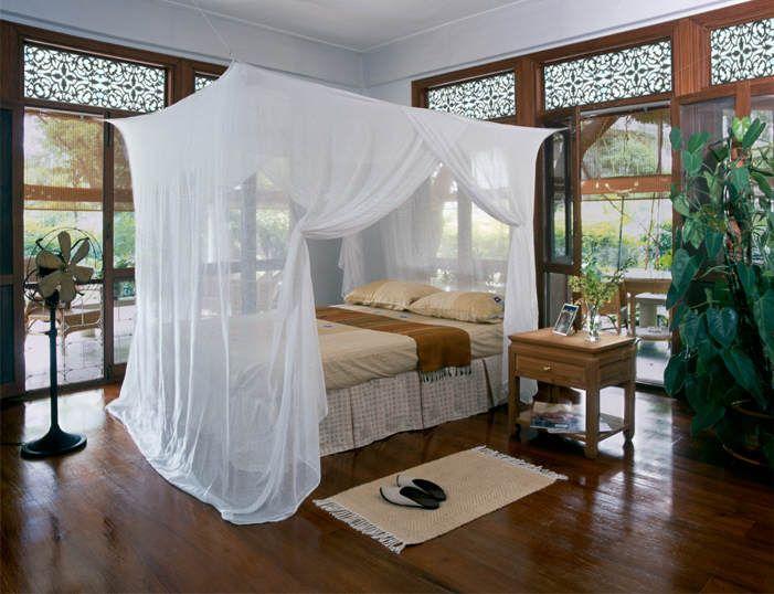 Camas elegantes con mosquitero para peque os espacios for Camas con cortinas