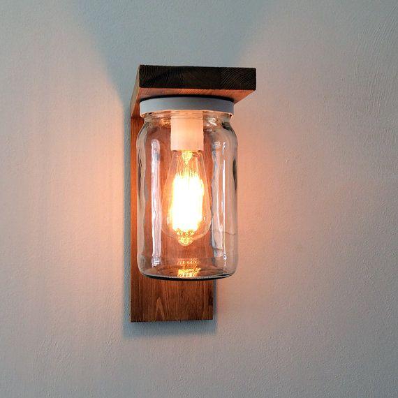 CUSTOM MADE buiten lantaarn in hout en glas. Het licht wordt verspreid gelijkmatig, creëren een ontspannen sfeer. Kan gemonteerd worden zowel binnen als buiten. Het wordt behandeld om te weerstaan aan water en zon. Shes perfect in de tuin te fleuren op een originele manier de vermelding van uw huis of ergens anders. Het is ook perfect op de balkon als verlichting voor de nacht. Het is een product met sobere lijnen en schoon dat ruimte geeft tot eenvoud zonder te verwaarlozen de esthetiek…
