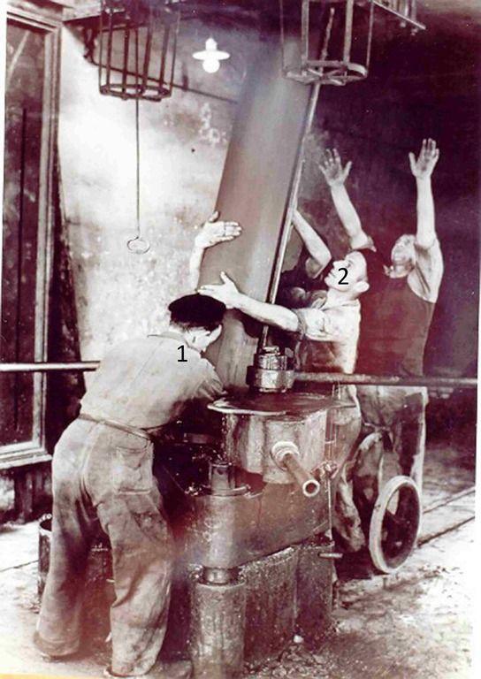 Het produktieproces van zink in de Kempense Zink Maatschappij Budelco: Het persen van Retorten in de Retortenfabriek. - 1960 - 1973