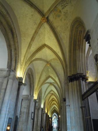 Catedral de Chichester. Fundada en el año 1075. Tiene dos características arquitectónicas que son únicas entre las catedrales medievales de Inglaterra – un campanario medieval separado del edificio principal y un pasillo doble. La catedral contiene dos esculturas medievales excepcionales. La torre de la catedral de Chichester puede verse desde muchos kilómetros a través de las praderas del oeste de Sussex, y es una de las dos catedrales medievales de Inglaterra que puede verse desde el mar