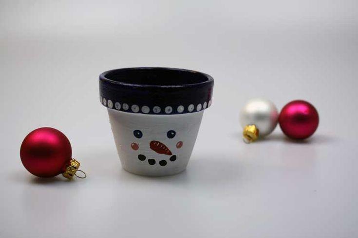 Supersüß: Ob als DIY-Geschenk zu Weihnachten oder als selbstgemachte Deko - dieser Schneemann-Teelichthalter macht einfach Spaß - jetzt nachbasteln!