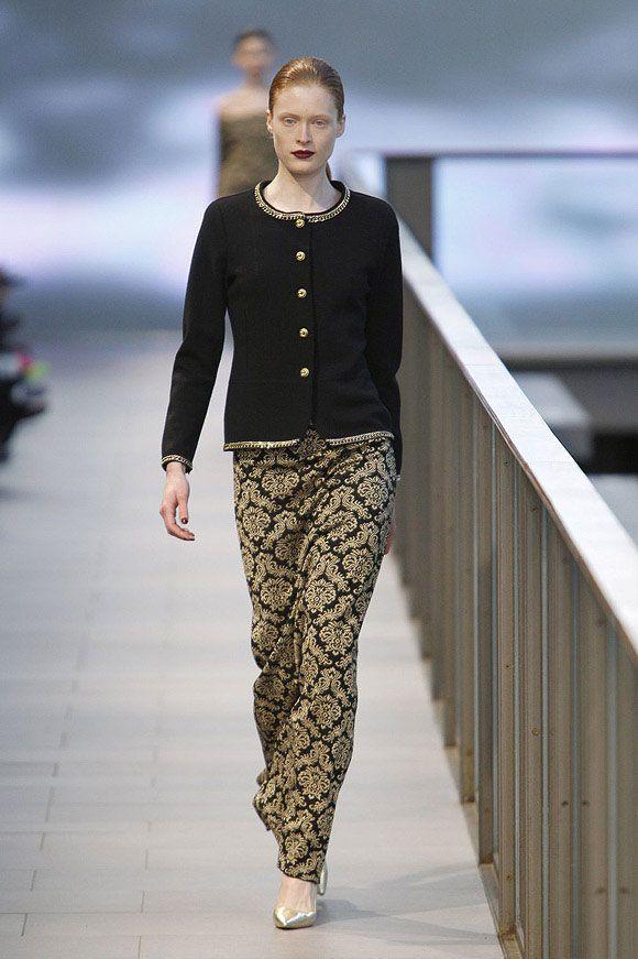 Falda larga con estampado barroco y chaqueta con botones y cuello dorados en el 080 Barcelona Fashion #trend #fashion #catwalk #Barcelona #Naulover #fall #winter #2015