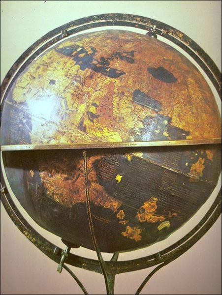 Someday I aspire to own an important- looking globe: 1492 Erdapfel, Globes 1492, Vintage Wardrobe, Antiques Globes, Globes Hold, Behaim Globes, Vintage Globes, Erdapfel Globes, Behaim 1492
