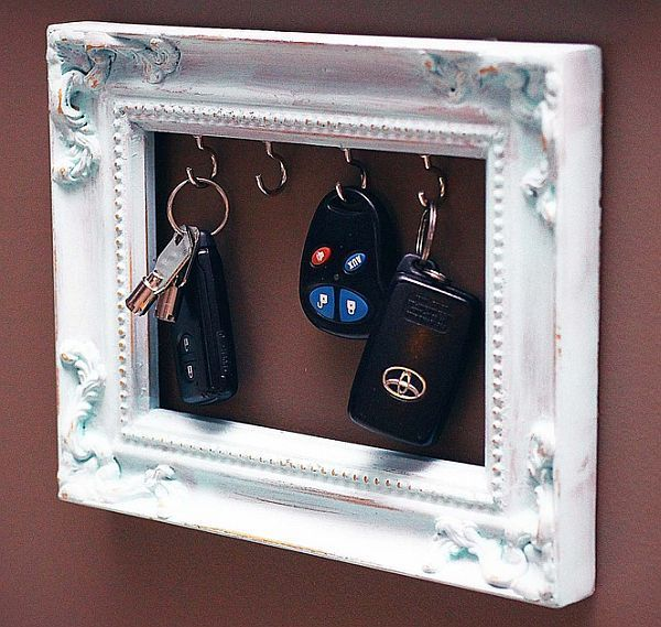 DIY Vintage Keys Frame.    One of my favorite key holder looks very much like a picture. Your keys are the stars in this wonderful setting. Imagine a wonderful vintage frame with small hooks to support your keys. It's even possible to do it yourself when you have a few free minutes. All you need is a nice frame and hooks. Then, like a picture, hand the support to be at hand every time you leave or get home.{found on purplecarrot}.