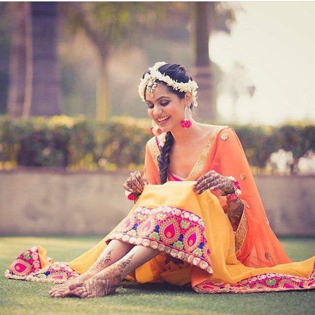 Mehendi goals & floral jewellery goals ! Thanks Karishma ! You just gave us inspo ;) : @arjunkartha  #mehendi #sangeet #floraljewellery #lehenga #mathapatti
