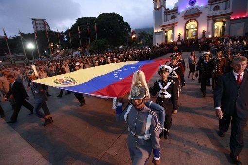<p>Tras cumplirse 234 años del natalicio del libertador Simón Bolívar, en horas de la mañana de este lunes, la Fuerza Armada Nacional Bolivariana (FANB) rindió honores en el Panteón Nacional (Caracas), iniciando con la izada de la bandera venezolana.</p>