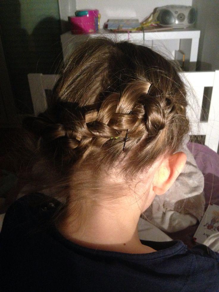 Test coiffure  2 tresses de chaque côté que vous ( tentez ) de croiser  Pinces pour le maintien et voilà : petite minette ravie
