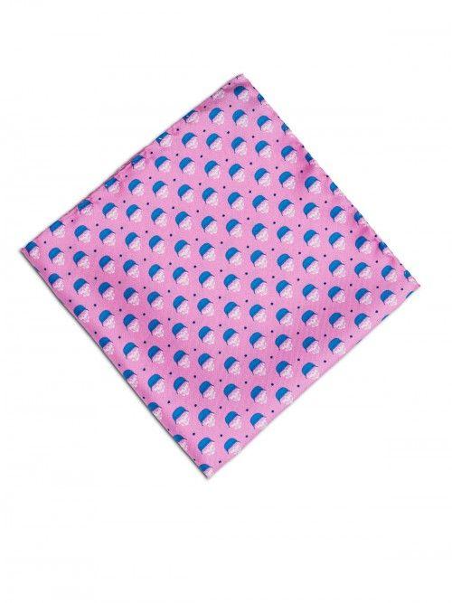 Pañuelo de seda, confeccionado en Italia, en color rosa con estampado de diseño de calaveras. www,soloio.com #silk#pocketsquare#suitup#suitupaccesories#menstyle#dapperman#dapperdetails#gentleman#menaccesories#pañuelodebolsillo#fazzoletto#airplane#skull#skulls