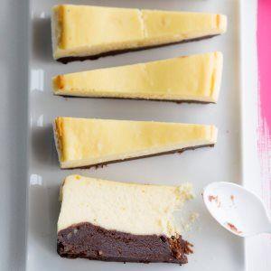 Kahden suklaan juustokakku on ihanan suklainen herkkuleivonnainen. Juustokakun pohjassa maistuu tumma suklaa ja täytteessä valkosuklaa. Tuhdin juustokakun voi tarjota pieninä annosviipaleina.1. Nosta ...