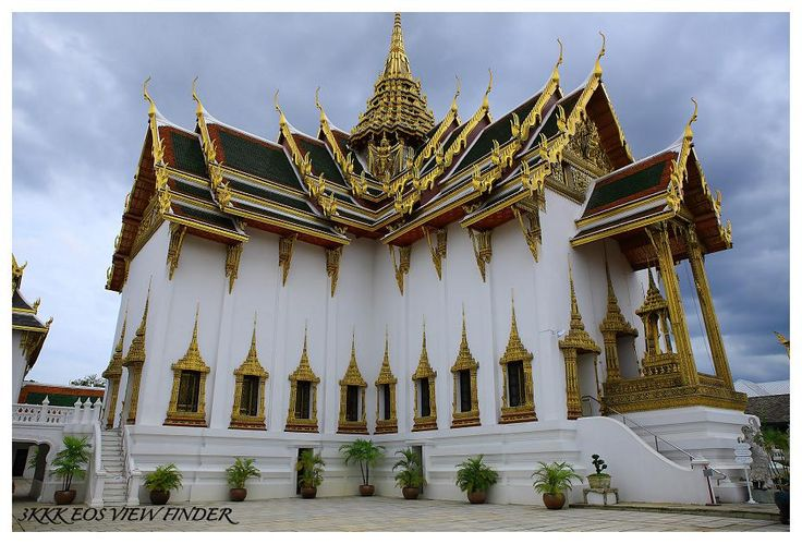 The Grand palace of Thailand built on 6 May 1782 by King Buddha Yodfa Chulaloke (Rama I), the 1st King of the Chakri Dynasty, when Throughout successive reigns, many new buildings and structures were added, especially during the reign of King Chulalongkorn (Rama V). By 1925, the king, the Royal Family and the government were no longer permanently settled at the palace, and had moved to other residences. After the abolition of absolute monarchy in 1932. Photo : pantip.com