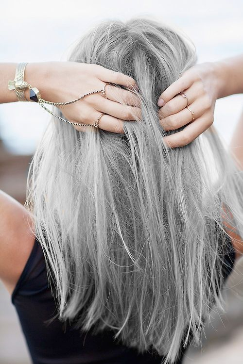 Graue mittellange Haare