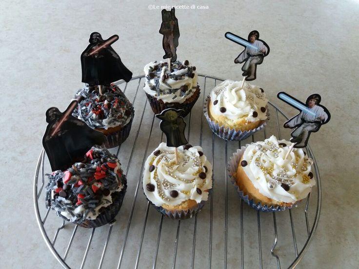 Per celebrare lo Star Wars Day vi proponiamo dei cupcakes decorati con i personaggi dell' Impero galattico :)  Potete trovare il set completo di pirottini e stick dei personaggi su Amazon: http://amzn.eu/0lDmBEa    INGREDIENTI :  150 gr di burro a pezzi  2 uova  200 gr di zucchero  100 gr di cioccolato fondente a pezzi o gocce di cioccolato  300 gr di latte  300 gr di farina  2 cucchiaini di lievito in polvere per dolci  PER LA GLASSA AL BURRO:  200 gr di burro  300 gr di...