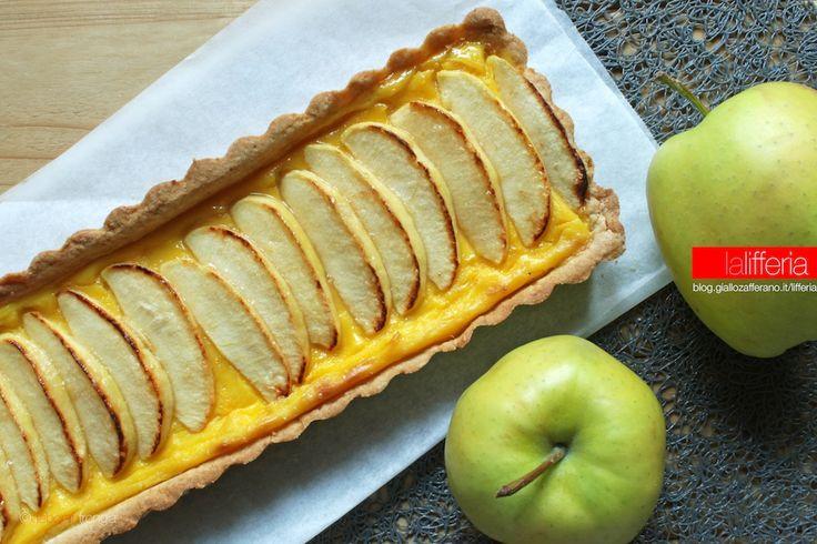"""La crostata di mele e crema pasticcera è un dolce semplicissimo, dal sapore genuino e delicato: un vero comfort food che sa di """"casa""""."""