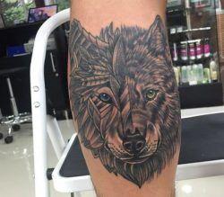 Abstract Wolfskopf Tattoo auf der Bein