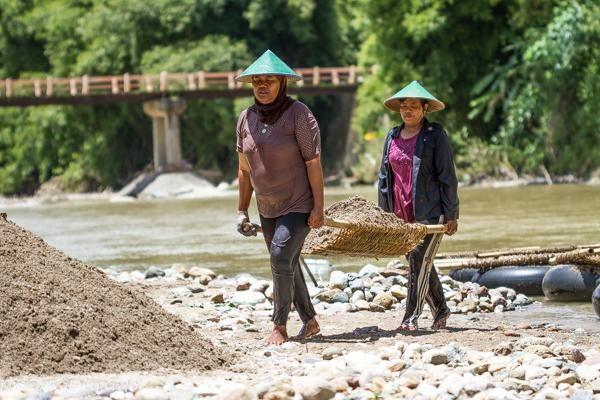 Kisah Perjuangan Wanita Banting Tulang Menambang Pasir di Aceh Selatan