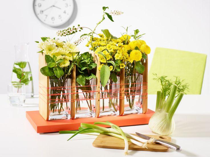 Good Morning Beauty!  Gute Laune-Frühstücks-Set mit sonnengelben Chrysanthemen-Blüten. Diese duftig leichte Frühlingsset garantiert einen guten Start in den Tag. Blüten und Kräuter sind locker in Glas-Gefässe dekoriert. Das Glas wurde zwischen die Frühstücksbrettchen fixiert. Fertig ist ein originelles leichtes Blüten-Set mit optimistischer Ausstrahlung.