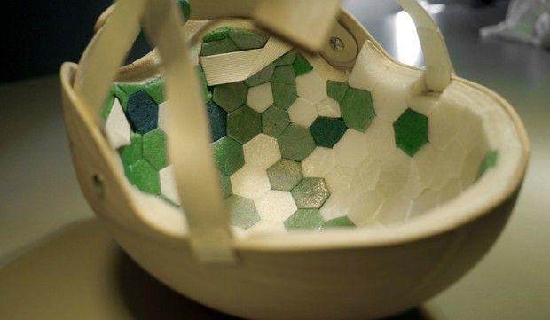 In collaborazione con lo studio di design Materialist e con Jesper Jonsson, la Cellutech ha assemblato l'elmetto usando diversi tipi di materiali a base di cellulosa. Tra tutti, il ruolo principale lo gioca una speciale schiuma di cellulosa ottenuta a partire dalla lavorazione della nanocellulosa. L'esterno è costituito da una semplicissima impiallacciatura di legno. I cordini che lo fissano al capo sono di carta riciclata, mentre la schiuma costituisce l'imbottitura interna.
