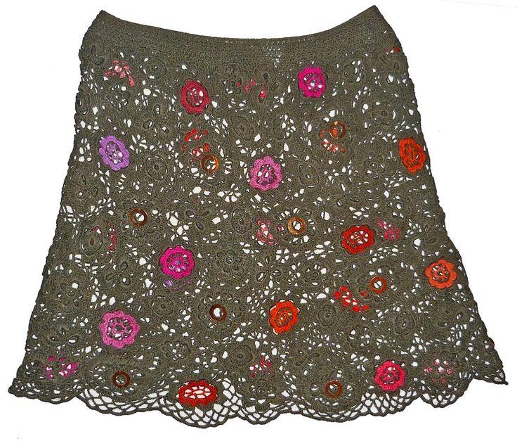 Falda calada tejida a crochet en hilos de colores gris, con flores rosada y anaranjadas, decorada con lentejuelas, talla M