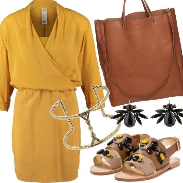 Morbido e raffinato il vestito giallo senape. Abbinato a sandali gioiello e accessori  en pendant ricercati per ravvivare con tinte solari  il guardaroba da lavoro  e adatto al tempo libero.