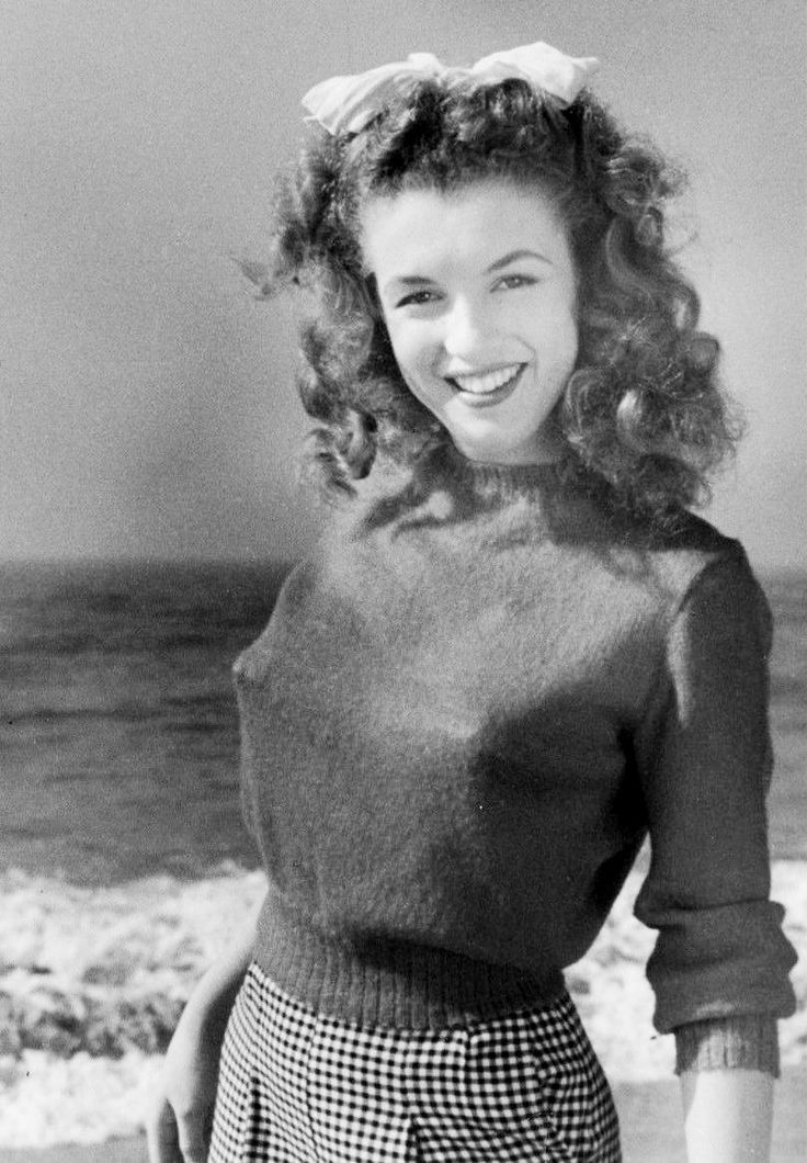 1945 Beach Sitting - Red Sweater - Norma Jeane Par Andr -6680
