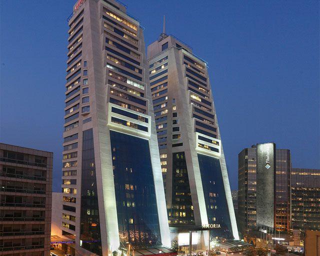 Astoria AVM, İstanbul Esentepe merkezde 110 bin m2 kapalı alan, 28 bin m2 kiralanabilir alan da içerisinde Spa merkezi, teknoloji ve restaurantları ile her yaşta tüketiciyi bir arada toplayan terandeleri yakından takip eden bir yaşam merkezidir.