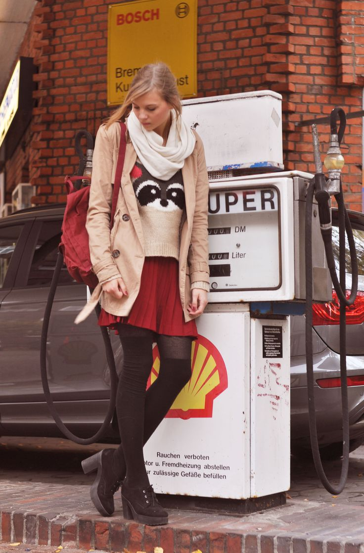 Autumn Style: white scarf, burgundy red Fjällräven backpack, trenchcoat, beige racoon sweater, bear pullover, burgundy skirt, overknee socks, overknees, plateau boots black  - Streetstyle, Hamburg, Outfit, Blogger