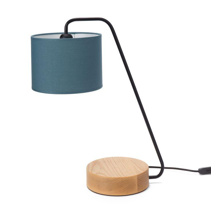 Designliebhaber aufgepasst: Unsere Tischleuchte Ervedal ist das perfekte Accessoire für alle die zeitlose Designs mit einem modernem Twist lieben. Der Sockel dieser stilvollen Kollektion ist aus Eschenholz gefertigt und trägt das Gestell aus Eisen und den Lampenschirm aus natürlicher Baumwolle. Perfekt für den Arbeitsbereich oder als Blickfang in Wohnräumen, quasi überall dort wo Sie eine schöne Lichtquelle benötigen.