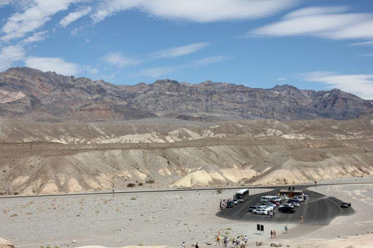Widok z Zabriskie Point na parking samochodowy dla turystów  Zabriskie Point, Dolina Śmierci (Death Valley), Kalifornia, USA