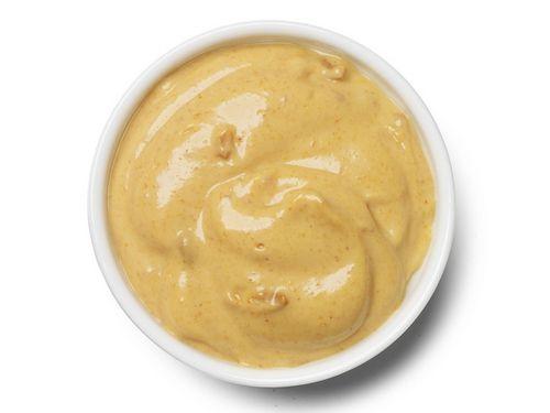 соус из яблок и карри 1 луковица 3 зубчика чеснока 2 ч.л. Муки пол ч.л.  средне-острой горчицы 1 ст.л порошка карри  0,5 стакана куриного бульона 1  яблоко (голден) 1 ст.л. лимонного сока 2 ст.л. сливок 30% 2 ст.л. оливкового масла На сковородке раскалите масло,  и обжарьте чеснок, лук.  Всыпьте муку и залейте куриным бульоном. Добавьте горчицу, карри, сок лимона, тертое яблоко, соль и перец. Залейте сливками и упаривайте до консистенции соуса.