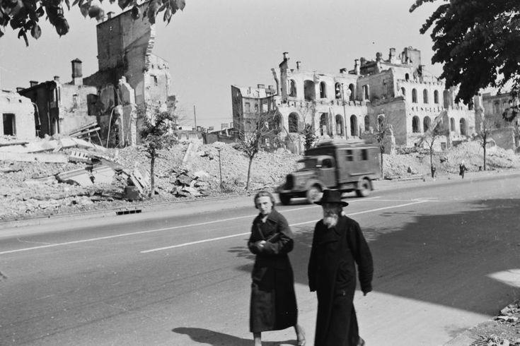 a Hrescsatik sugárút felrobbantott épületei, a Főposta és Hírközlési Népbiztosság romjai.