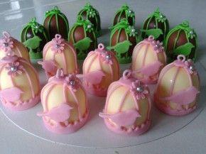 Vogelkooitjes gemaakt van mini zoenen, om te zoenen of op te eten