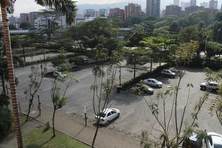 Parqueadero principal de la Universidad EAFIT (Vista desde el bloque 38) Hora: 9:23.
