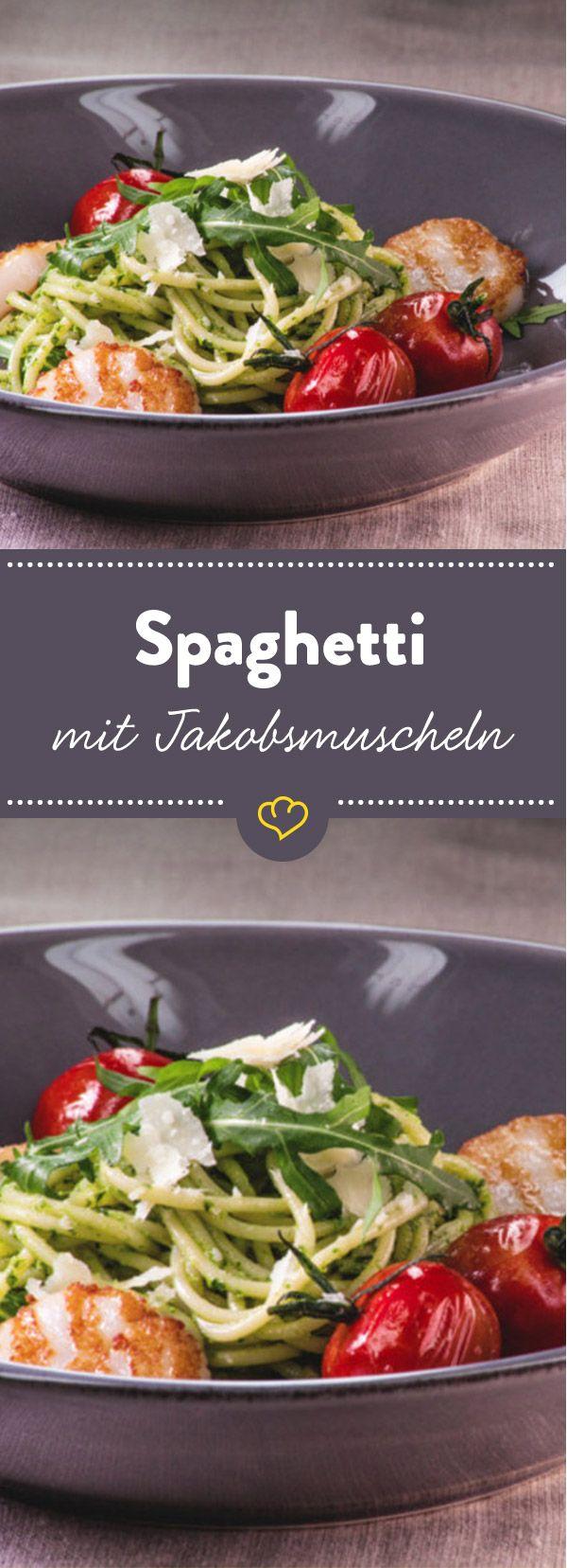 Genau das Richtige zum Angeben: Zarte Jakobsmuscheln treffen auf Pestospaghetti und Kirschtomaten - schnell gemacht und trotzdem edel.