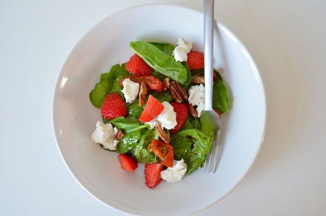 Spinazie salade met aardbeien en geitenkaas -