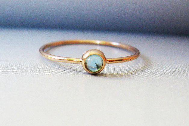 London Blautopas 14k Goldring Dezember Geburtsstein.  Dieses zarte Ring mit natürlichen London Blautopas wird vollständig von Hand in meinem Studio. Dieser Ring ist dünn und winzig perfekt zum...