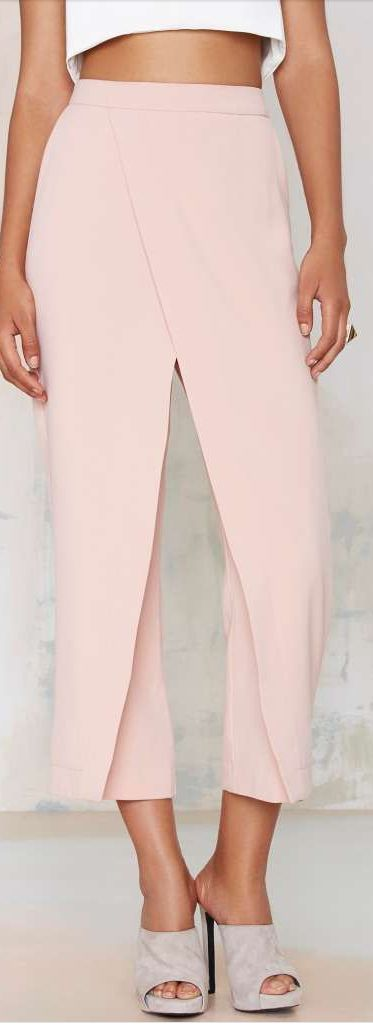 Crop top with layered trousers as a bridesmaid outfit? Yes, Bridesmaids to fit their own style! Modern style