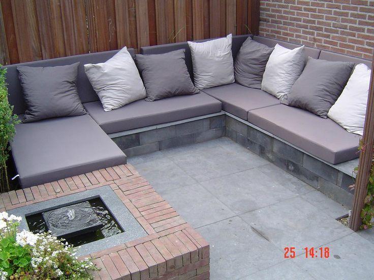 Een zelfgemaakte loungebank van op elkaar gelijmde stenen blokken.