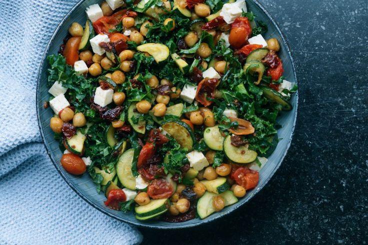Skøn grønkålsalat med kikærter og bagte tomater, tilsat feta og lækre krydderier. Skøn salat som tilbehør til sommerens grill.