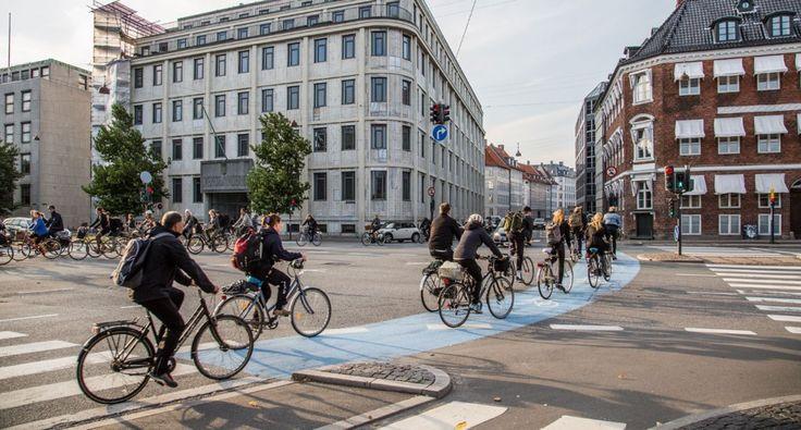 De fietsen zelf zijn vaak in opvallend goede staat, de mensen fietsen verrassend snel en er zijn prachtige staaltjes van innovatieve fietsinfrastructuur. Maar wat het meeste indruk maakt na zo'n dompelbad van fietsen is niet eens zozeer het alledaagse gebruik van de fiets, het is vooral de achterliggende boodschap die doorklinkt. Kopenhagen heeft gewoon een goed verhaal.