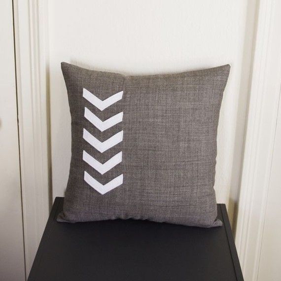 cute and easy chevron pillow... maybe different colors?