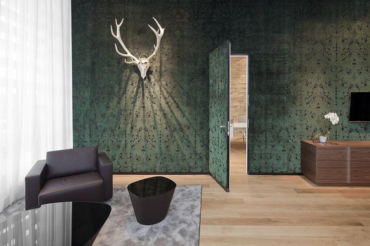 VIP WING Lounge Flughafen München - Suite Schloss Schleissheim mit Geweih an der Wand - TROPP LIGHTING DESIGN