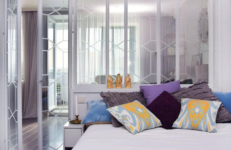 В результате полной перепланировки в однушке разместились полноценная спальня, вместительная кухня и уютная гостиная, в которой можно принять гостей – идеальное жилище для молодой и активной девушки