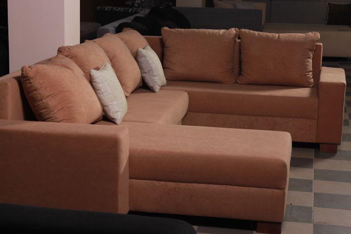 Maxim U-formájú ülőgarnitúra, ágyazható és ágyneműtartó funkciókkal szerelve. Nagyon kényelmes bútor, ami jó tapintású szövettel behúzott és rendkívül letisztult ülőgarnitúra. Kényelmes és modern forma jellemzi ezt az ülőgarnitúrát. Érdemes kipróbálnia, hiszen biztosan hamar beleszeret a bútorba és az árába is. Mérete: 295x160x195 Anyaga: plüss
