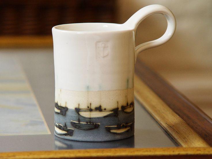 Rad geworfen Steingut Becher mit handgemalten Boote. Ozean-Thema Kaffee-Haferl  Erhältlich in drei Größen: -Kapazität: 200 ml/6,7 Unzen (eine in der Mitte) Messung von 3,5 Zoll / 9cm hoch, von 2.6 / 7 cm breit.  -Kapazität: 300 ml/10 Unzen (eine auf der linken Seite) Messung der 2.5in/6,5 cm hoch, 3,5 / 9 cm breit.  -Kapazität: 400 ml/13,4 Unzen (eine auf der rechten Seite) Messung 3 / 8 cm hoch, 3,5 / 9 cm breit.  Essen, Geschirrspüler, Mikrowelle, Tresor.  Ähnliche Artikel…