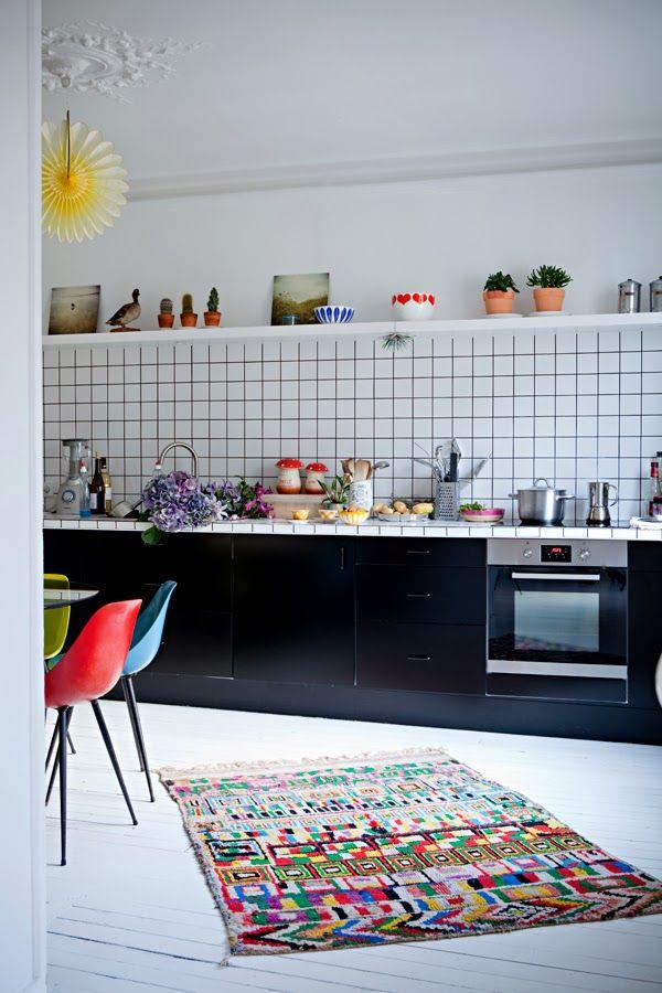 Un cuisine noire en longueur avec de jolies touches de couleurs vives