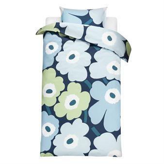 Skap en koselig atmosfære på soverommet med det luksuriøse, fine sengesettet Unikko fra Marimekko. Designen er klassisk og stilren og passer utmerket hos deg som ønsker en følelse av luksus og klasse på soverommet.