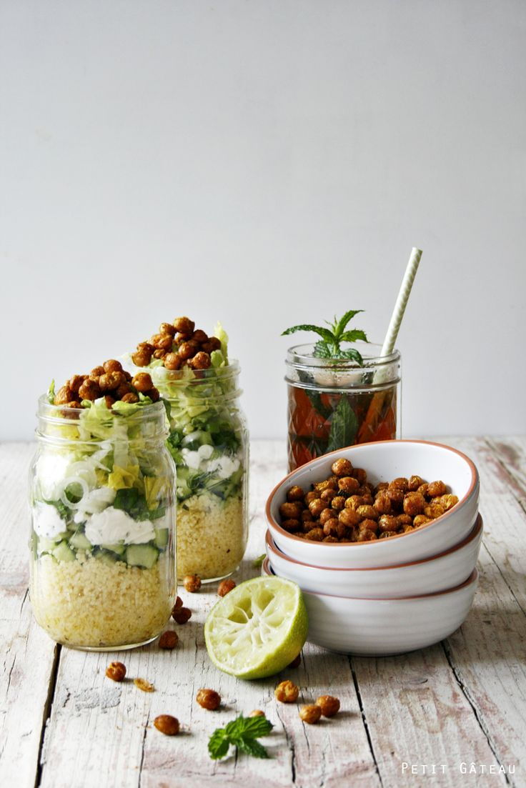 Shaking Salad - marokkanisch angehauchter Couscous-Salat im Glas, getoppt mit gerösteten Kichererbsen