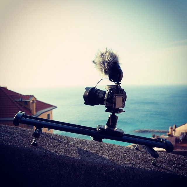 SmartSLIDER Reflex S 560: the best chioce for lite cameras and DSLRs. It weights only 2 kg, can carry on a maximum payload of 14kg and, moreover, it's provided with a patent pending fluid drag system. Choose the Italian style!