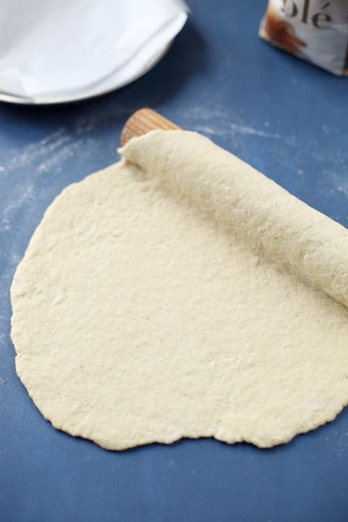 100 g de banane (poids épluchée) 225 g de farine T45 1 œuf : Versez la farine et la banane écrasée dans un saladier et sablez entre vos mains comme on le ferait avec du beurre. Ajoutez l'oeuf et mélangez puis pétrissez la pâte jusqu'à obtenir une boule homogène. Si nécessaire, ajoutez un peu d'eau. Filmez la pâte et entreposez-la 1 heure au frais puis utilisez-la pour une tarte sucrée.